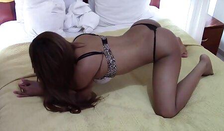 زوج جذاب که جنس زیبا در خانه عکس سکسی مصور نشان می دهند