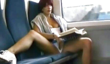 یک کودک فرفری صبح زود در رختخواب فیلم سکس صد در صد ، یک غذای بازیگوش را پر کرد