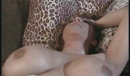 زیبایی سکس کسزیبا باردار انگشتانش را نوازش می دهد
